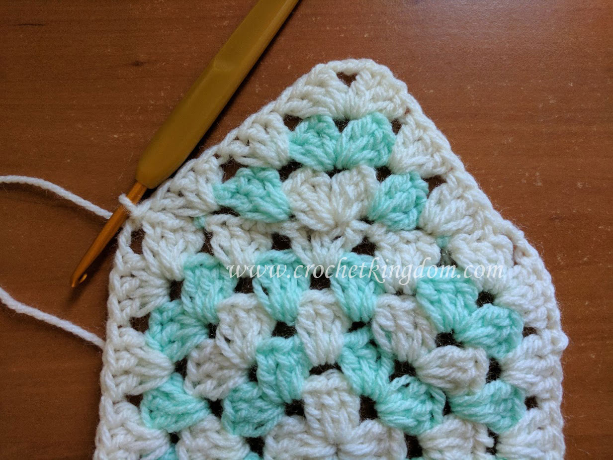 Interesting Granny Square Blanket Tutorial ⋆ Crochet Kingdom