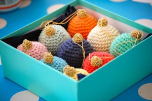a-christmas-bauble-tutorial-free-crochet