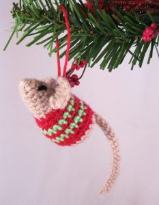 little-christmas-mouse-free-pattern-to-crochet