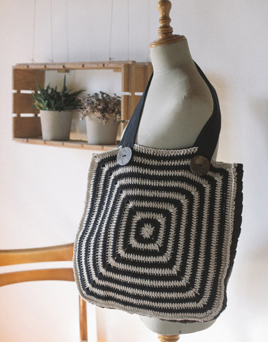 Free Crochet Pattern for a Solid Granny Bag