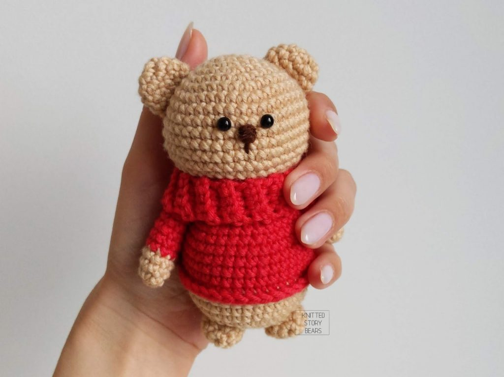 Free Crochet Pattern for an Amigurumi Teddy Bear in a Sweater
