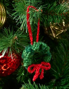 Free crochet pattern for a wreath ornament