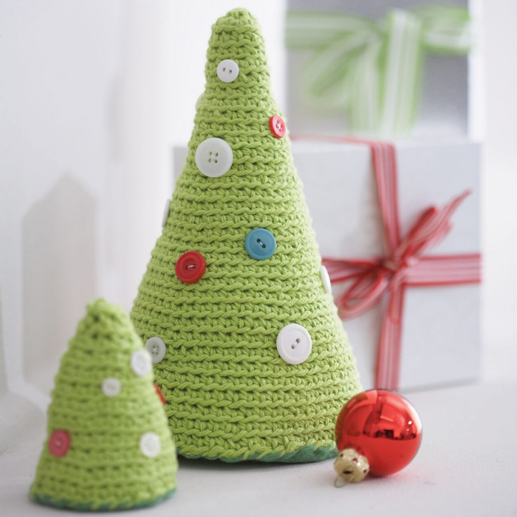 Free crochet Christmas tree pattern with buttons
