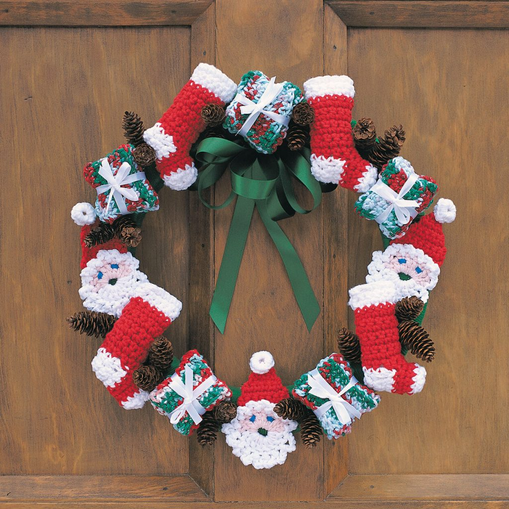 Free crochet pattern for a Christmas wreath