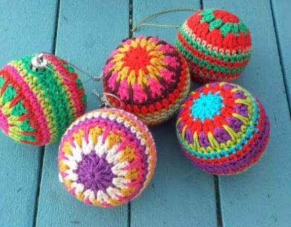 Free crochet pattern for a colorful Christmas bauble