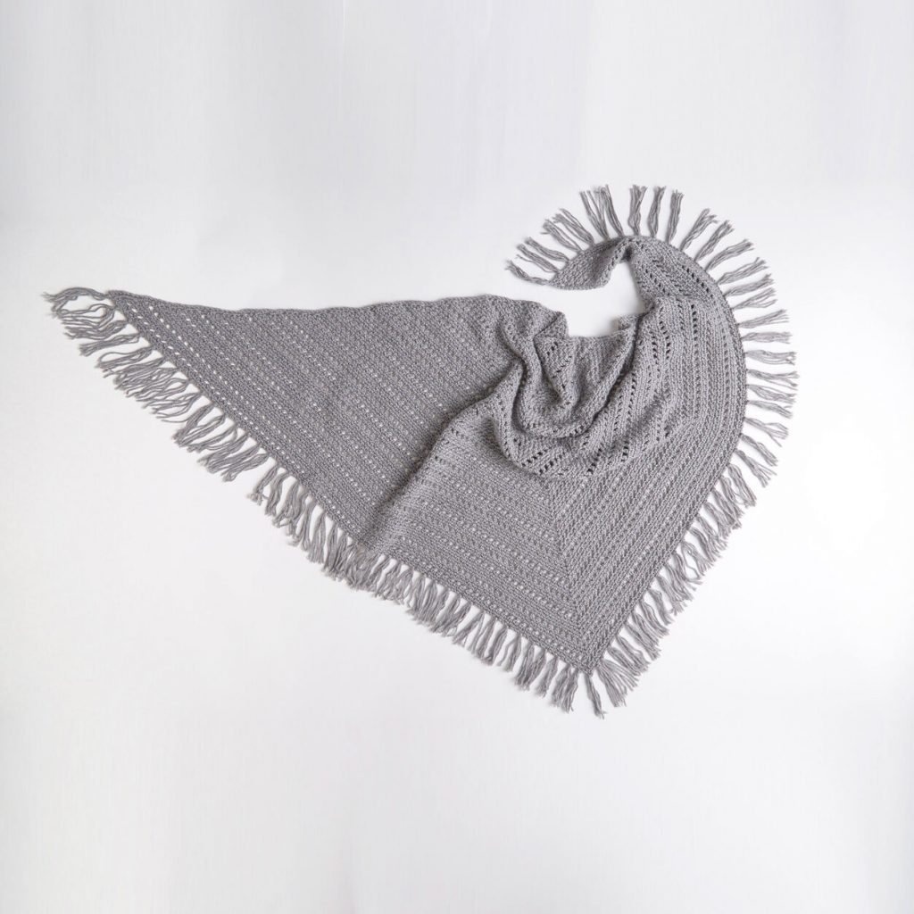 Free crochet pattern for an easy casual shawl with fringe