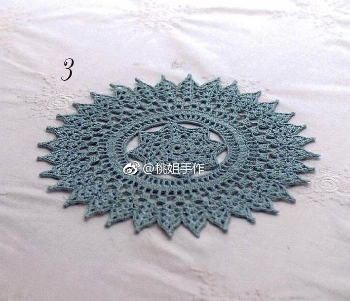 Free crochet doily pattern with lace details