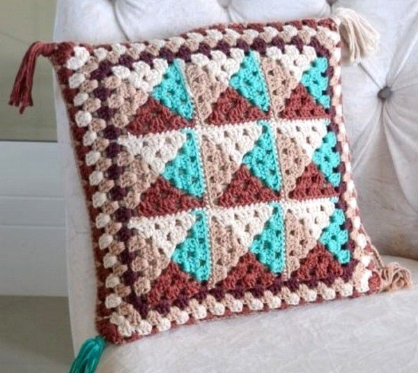 Colorblock crochet pillow pattern.