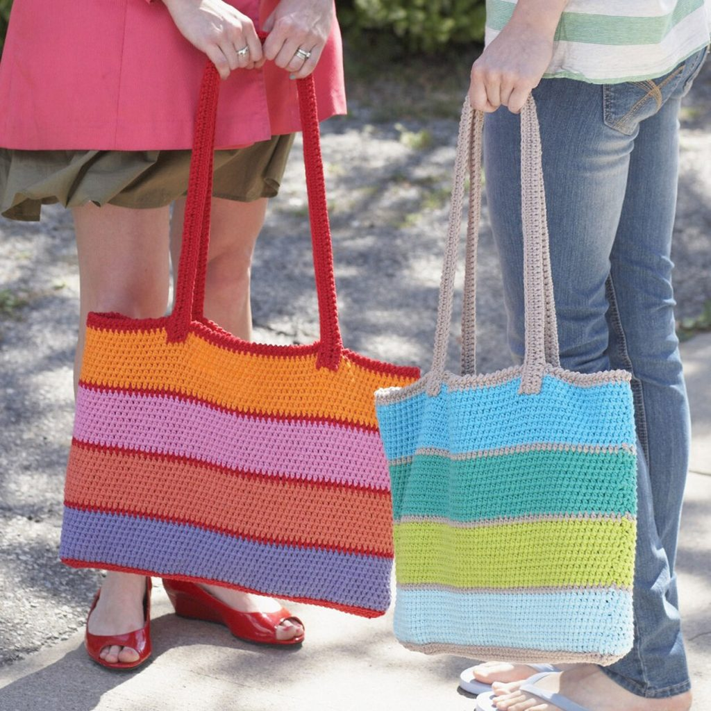 Crochet a bag with long straps and a wide bottom