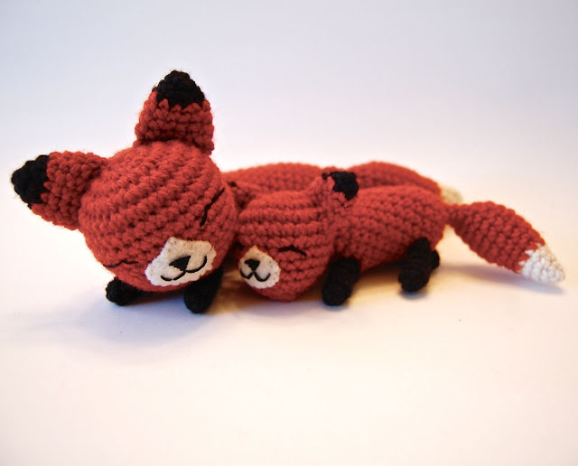 Free amigurumi pattern for Mama and Baby Foxes