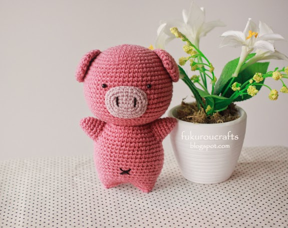 Free crochet amigurumi pattern for a little pig