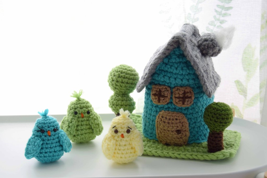 Free crochet pattern for a birdhouse and little birds